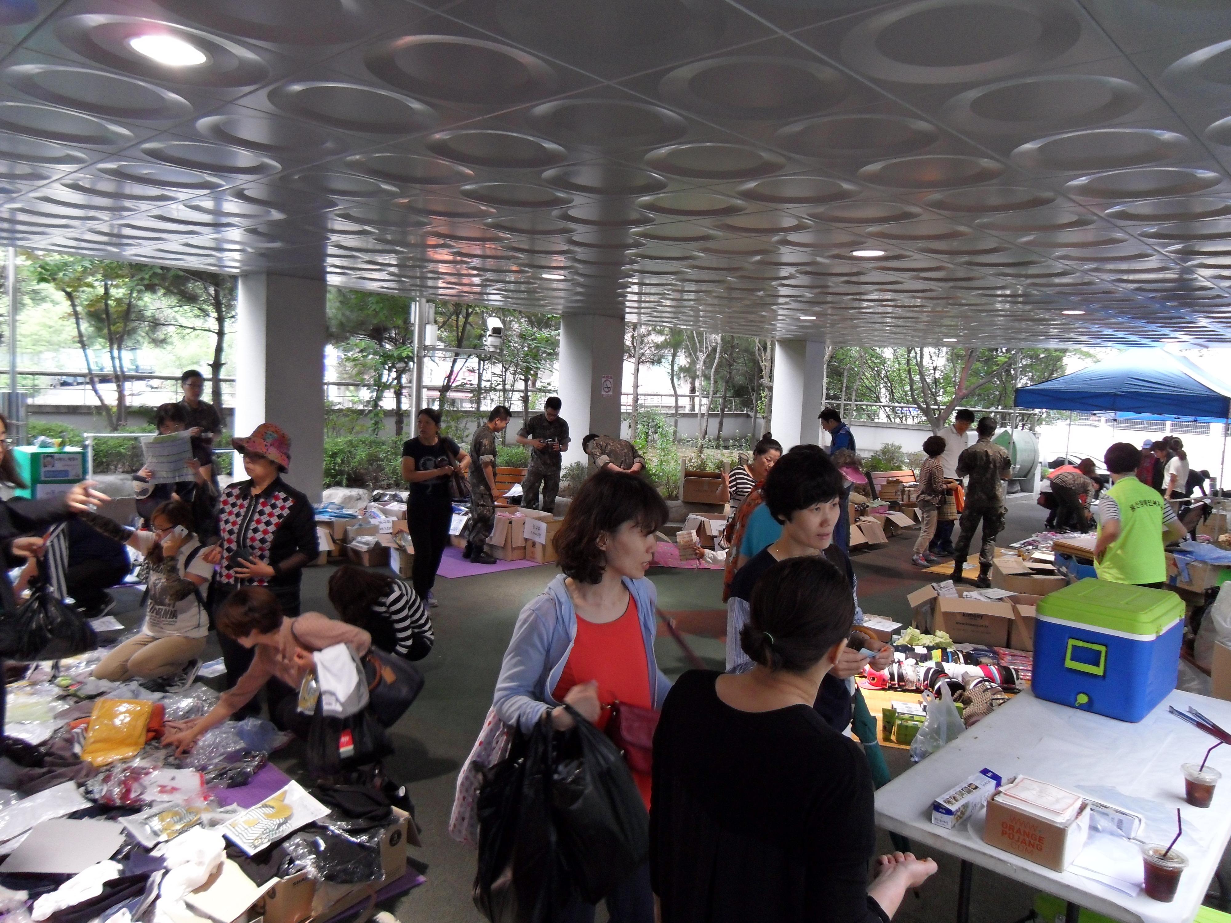 복지관 1층 앞마당 바자회 모습