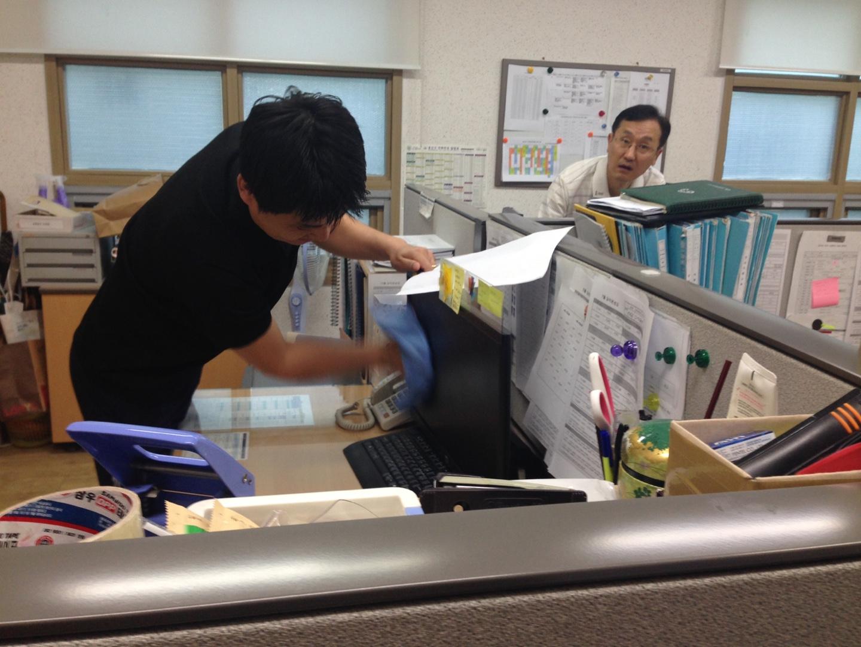 (주)성주컴텍 임직원분들이 PC청소 및 점검하는 모습