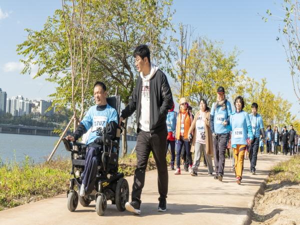 걷기 코스를 걷고 있는 참가자들의 모습