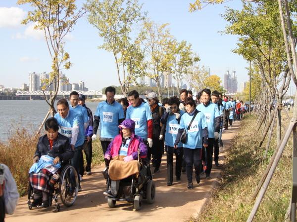 걷기코스를 걷고 있는 내빈 및 참가자들 모습